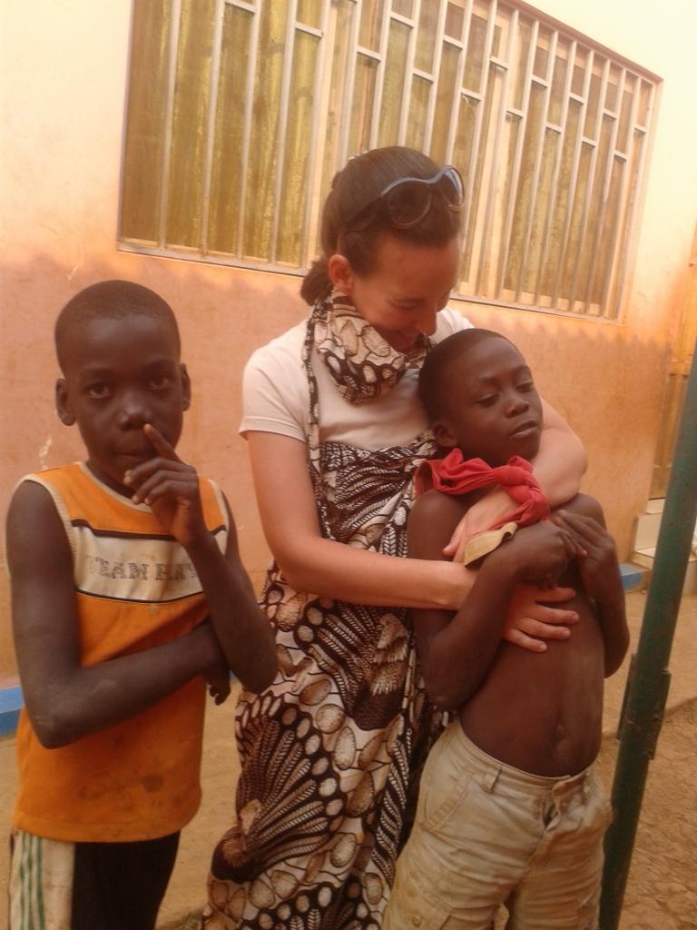 Una volontaria italiana con due ragazzi del Centro