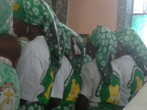 donne partecipanti alla festa con il foulard e la maglia dedicate all'anniversario