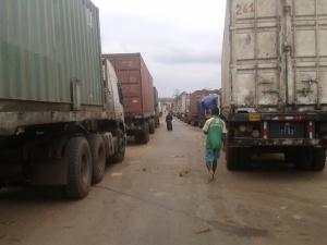 camion in attesa di passare in Congo