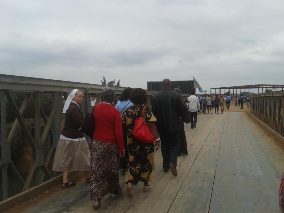 delegazione attraverso il ponte